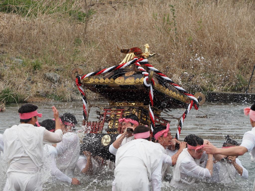 神輿の川入れ3