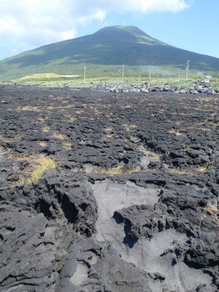 溶岩と八丈富士